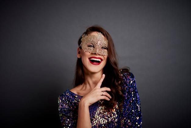 Portrait de femme glamour en masque