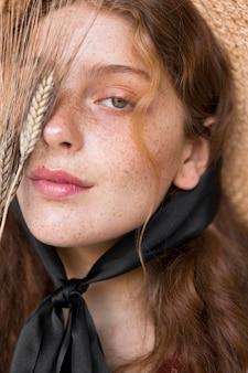 Portrait de femme avec gros plan de chapeau de paille