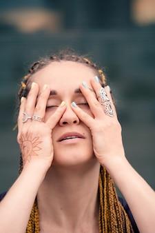 Portrait de femme en gros plan portrait avec les mains sur la tête beauté et concept sensuel