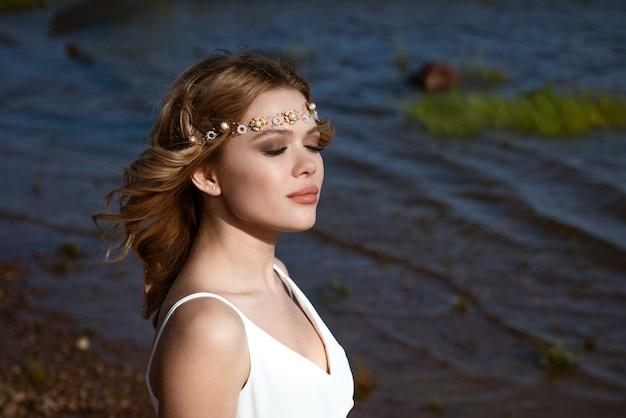 Portrait de femme gros plan avec les yeux fermés de l'eau dans l'après-midi au soleil