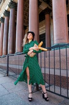 Portrait femme habillée à la française avec baguette à la main. le style français de paris