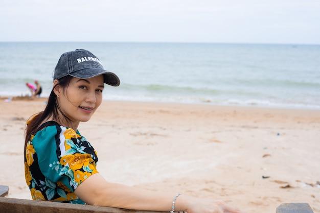 Portrait d'une femme heureuse de 40 ans pendant les vacances à la plage