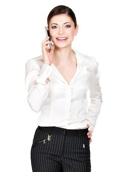 Portrait de femme heureuse appelant par mobile en chemise blanche - isolé sur blanc.