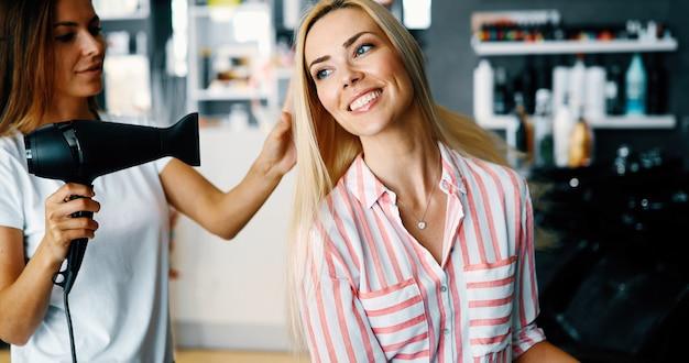 Portrait d'une femme heureuse au salon de coiffure