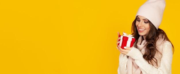 Portrait de femme heureuse bénéficie d'une boîte-cadeau