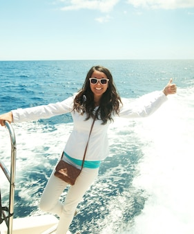 Portrait d'une femme heureuse de détente sur le pont supérieur d'un bateau de croisière