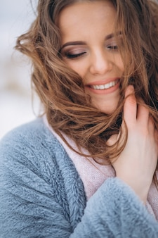Portrait d'une femme heureuse en hiver à l'extérieur