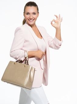 Portrait d'une femme heureuse jeune adulte avec un geste correct