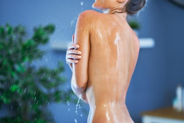 Portrait de femme heureuse prenant une douche