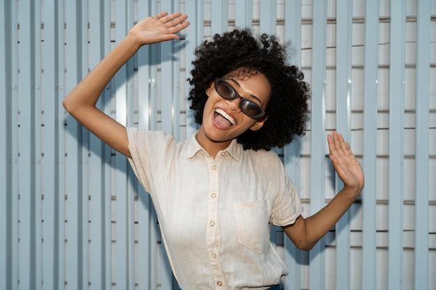 Portrait de femme heureuse souriante avec des lunettes de soleil