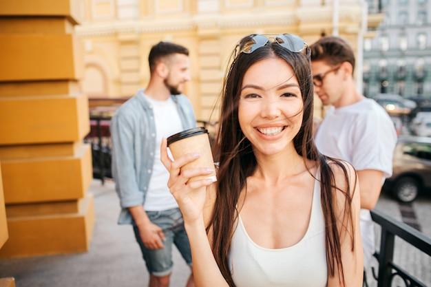 Portrait, de, femme heureuse, sourire, et, tenue, a, tasse café, dans, mains