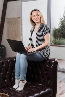 Portrait de femme heureuse de travailler à domicile