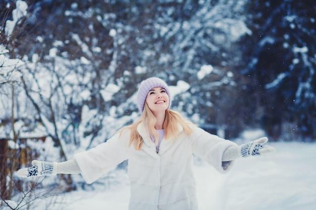 Portrait d'une femme heureuse vêtue de vêtements d'hiver