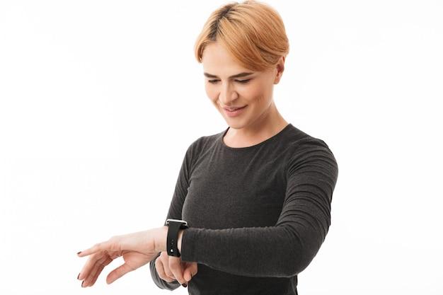 Portrait d'une femme heureuse de yoga vêtue de vêtements de sport