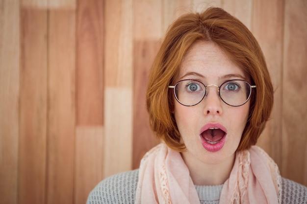 Portrait de femme hipster surprise