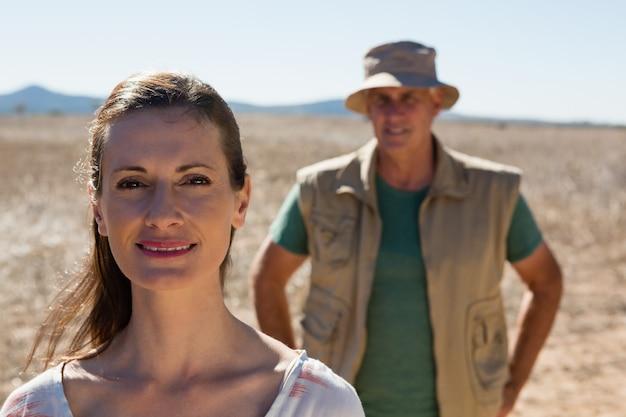 Portrait de femme avec homme sur paysage