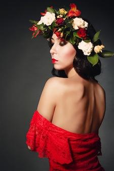 Portrait de la femme idéale avec une guirlande de fleurs