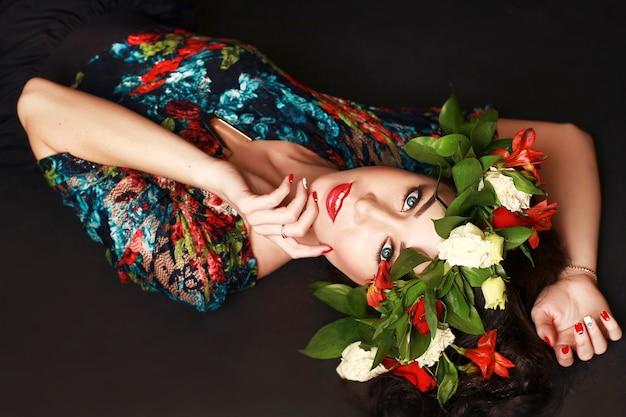 Portrait de la femme idéale avec guirlande de fleurs