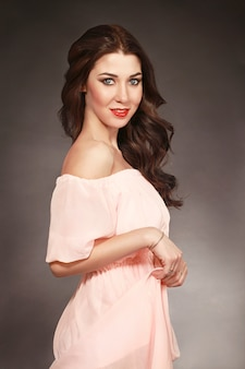 Portrait de la femme idéale en robe rose. mode