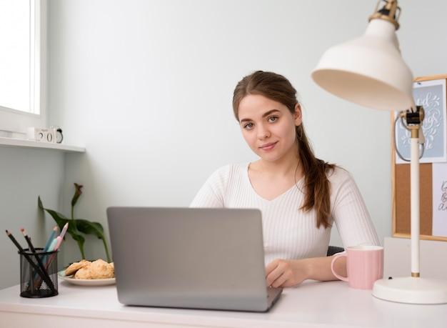 Portrait de femme indépendante travaillant sur ordinateur portable