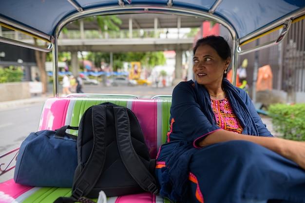 Portrait de femme indienne belle mature à la découverte de la ville de bangkok, thaïlande