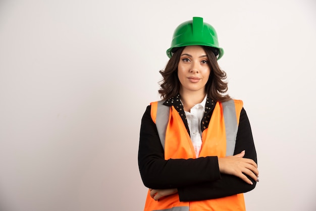 Portrait de femme ingénieur sur blanc