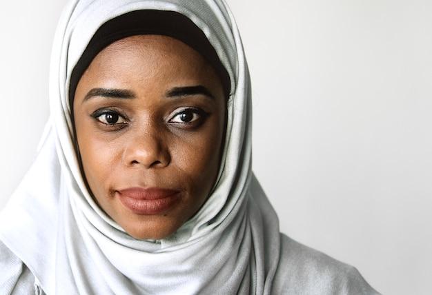 Portrait de femme islamique regardant la caméra