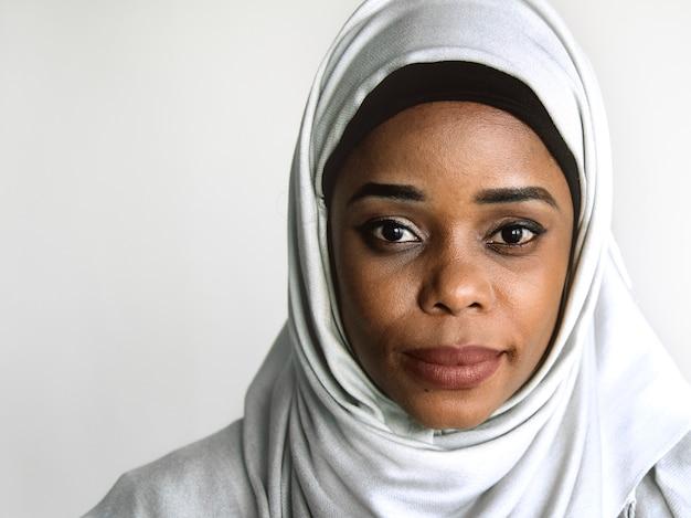 Portrait de femme islamique en regardant la caméra