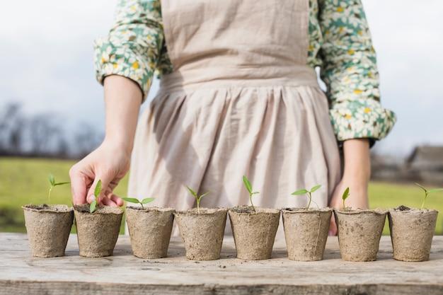 Portrait de femme jardinage