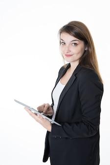 Portrait de femme jeune beau commerce tenant une tablette numérique souriant