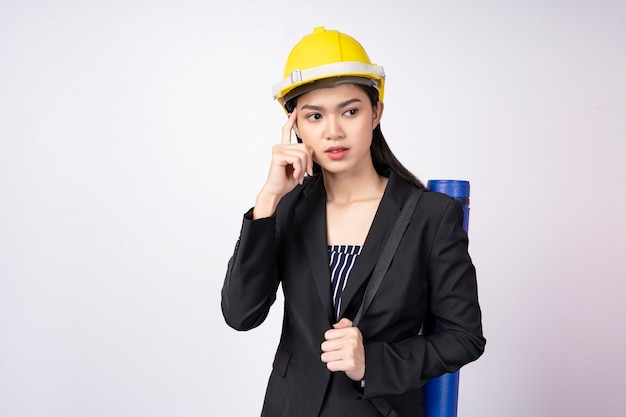 Portrait de femme jeune ingénieur avec pose de la pensée