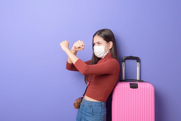 Portrait de femme jeune voyageur avec masque facial