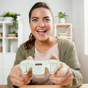 Portrait femme jouant avec joystick