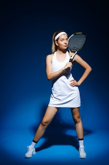 Portrait, femme, joueur tennis, à, raquette, poser