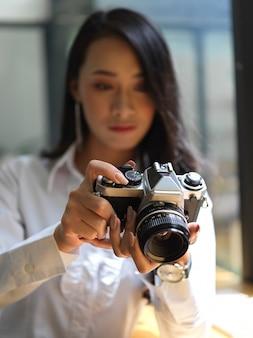 Portrait de femme journaliste prenant une photo pour son rapport avec appareil photo numérique