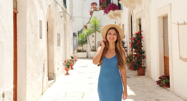 Portrait de femme joyeuse touristique sur l'ancienne rue de la vieille ville