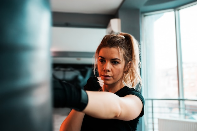 Portrait d'une femme kickboxer en formation.