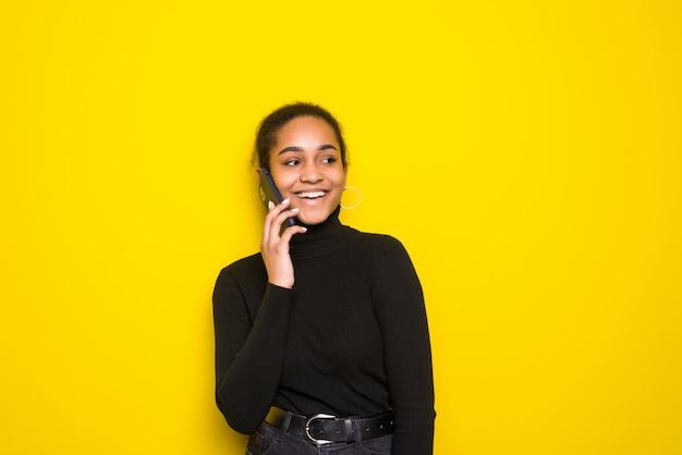 Portrait d'une femme latine souriante parlant sur téléphone mobile