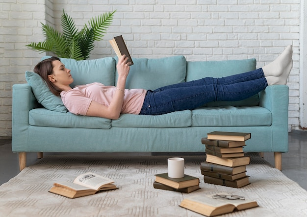 Portrait de femme lisant sur le canapé
