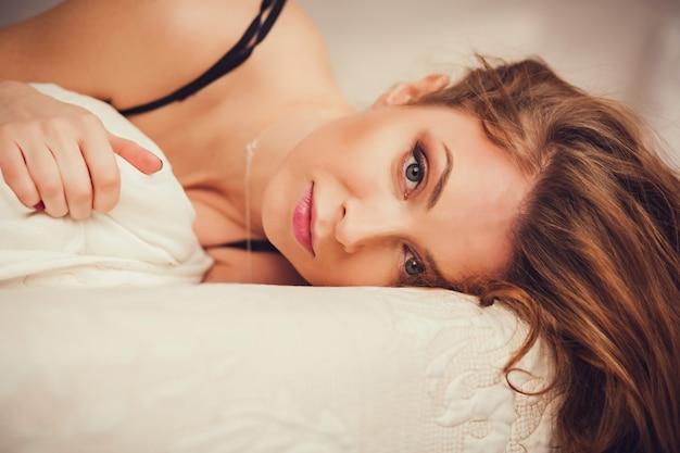 Portrait d'une femme sur le lit
