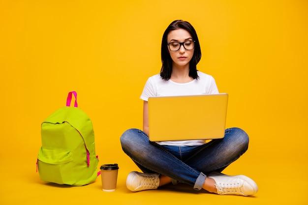 Portrait femme avec livres et ordinateur portable