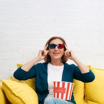Portrait de femme avec des lunettes 3d