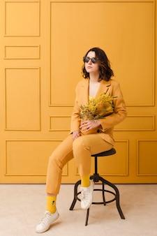 Portrait, femme, lunettes soleil, chaise