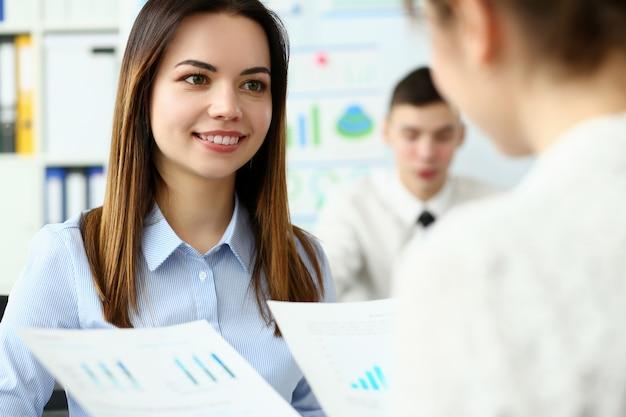 Portrait d'une femme magnifique parlant avec un collègue amical sur un sujet commercial important qui détermine l'avenir de l'entreprise colossale. concept de réunion d'entreprise