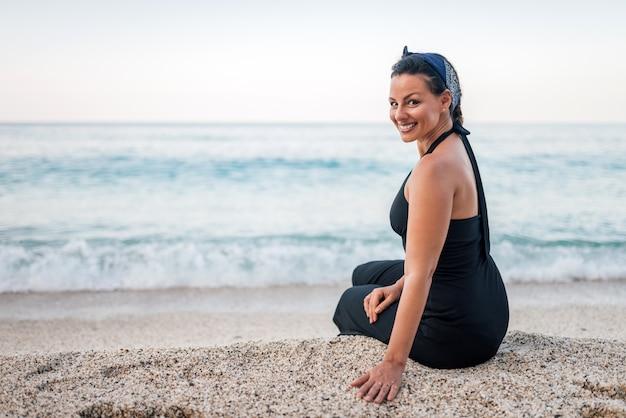 Portrait d'une femme magnifique sur la plage.