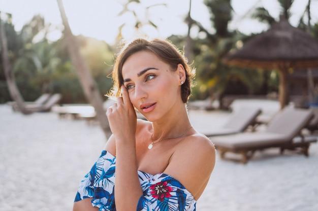 Portrait de femme en maillot de bain près du bateau près de l'océan