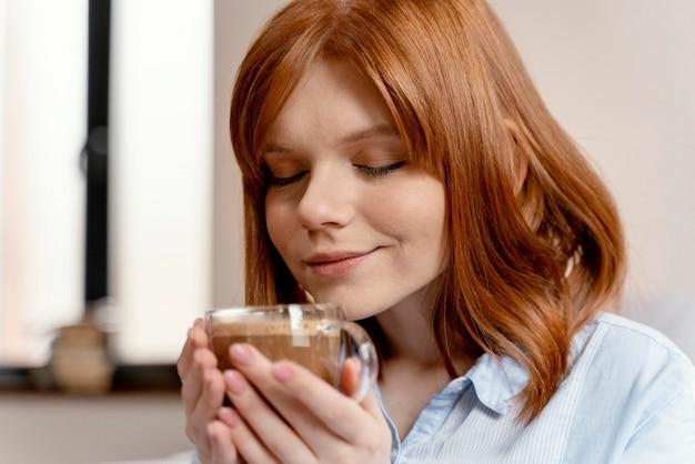 Portrait femme à la maison, boire du café