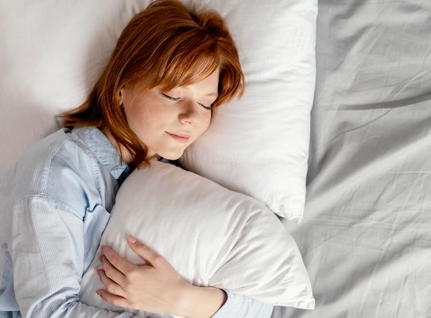 Portrait femme à la maison dormir