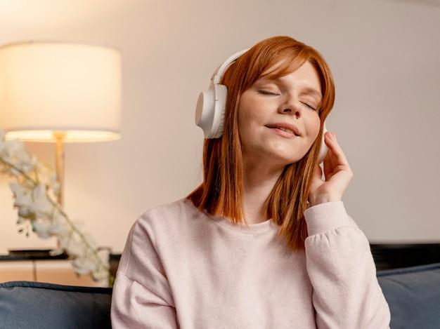 Portrait femme à la maison écoute de la musique