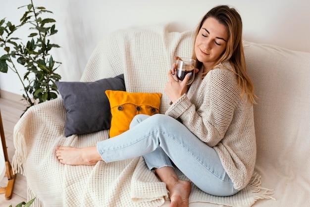 Portrait de femme à la maison méditant